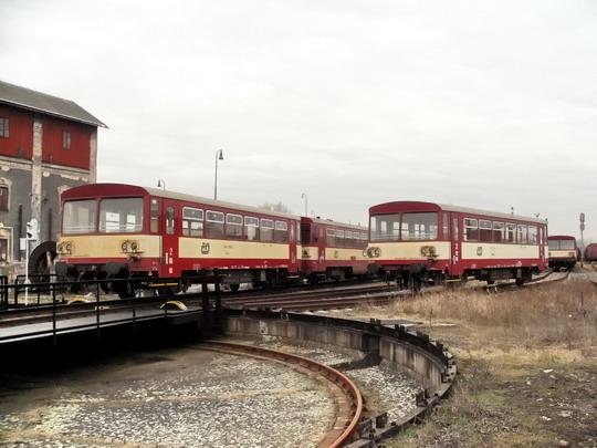 18.02.2008 - PJ Pardubice: odstavené vozy 010 a 012, ve středu 810.097-6 © PhDr. Zbyněk Zlinský