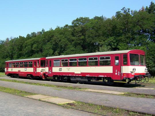 31.07.2004 - Lužná u Rak.: 810.344-2 v soupravě s přípojným vozem 010.330-9 © PhDr. Zbyněk Zlinský