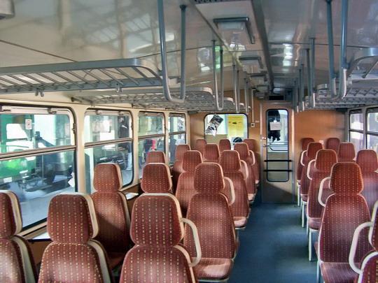23.10.2004 - Praha Masarykovo n.: vložený vůz 011.434-8 v Os 2508 do Rakovníka - interiér © PhDr. Zbyněk Zlinský