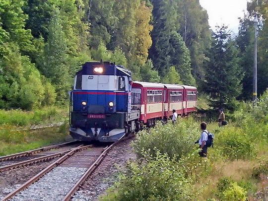 16.08.2003 - Kořenov: 743.010-1 v čele Os 16337 Harrachov - Tanvald s vozy 010 a 012 © PhDr. Zbyněk Zlinský