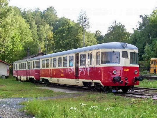 """16.08.2003 - Tanvald: """"singrovky"""" M 240.021 (1963) a 820.057-8 (1964) při akci Zubačkou do Harrachova  © PhDr. Zbyněk Zlinský"""