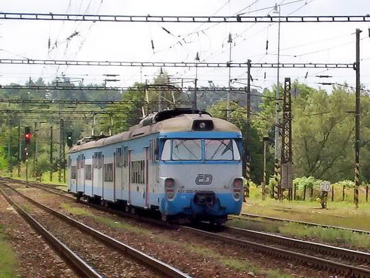 14.08.2004 - Čerčany: 451.035-0 (ex EM 475.1035 z roku 1965) na Os 9143 Praha hl.n. - Benešov u Prahy © PhDr. Zbyněk Zlinský