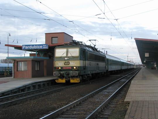22.03.2008 - Pardubice hl.n.: 162.057-4 odjíždí v čele R 865 Praha hl.n. -  Brno hl.n. © PhDr. Zbyněk Zlinský