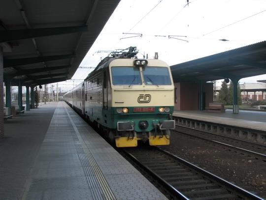 """22.03.2008 - Pardubice hl.n.: 151.011-4 přijíždí v čele IC 583 """"Jan Perner"""" Praha hl.n. - Bohumín © PhDr. Zbyněk Zlinský"""