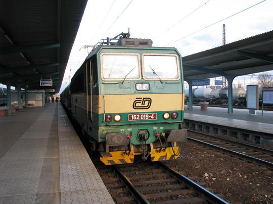 """22.03.2008 - Pardubice hl.n.: 162.019-4 v čele Ex 524 """"Šohaj"""" Veselí n.M. - Praha hl.n. © PhDr. Zbyněk Zlinský"""