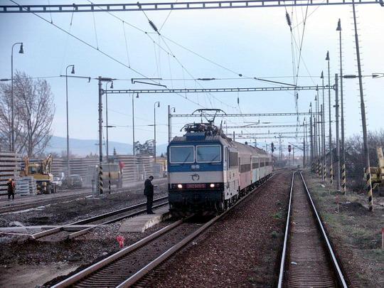 Brunovce - osobný vlak stojí pri provizórnom nástupišti, 19. 3. 2008... © Ing. Marko Engler
