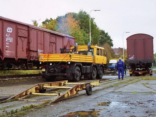 13.10.2002 - Meziměstí, skládání vagónu pomocí mobilní rampy © Václav Vyskočil