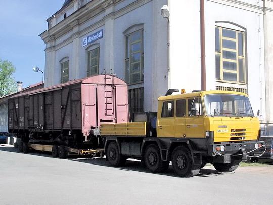 21.05.2005 - Meziměstí: ukázka přepravy vagónu Gbgkks na silničním podvalníku při oslavách 130 let trati Choceň - Broumov © PhDr. Zbyněk Zlinský