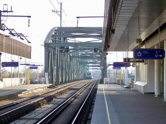 30.3.2008 – Wien Handelskai: nástupiště s viaduktem přes Dunaj v pozadí © Marek Topič