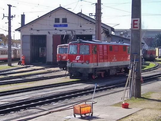 30.3.2008 – St. Pölten Alpenbahnhof: depo s odstavenými stroji 1099 a 2095 © Marek Topič