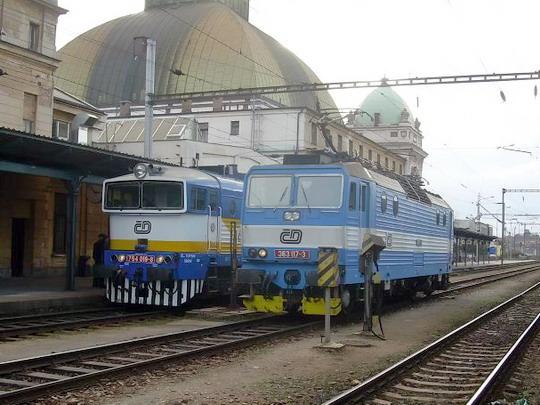 27.2.2008  363.117 odchází z vlaku 452 stroj 754.019 přechází na vlak 452 © Jakub Vyskočil