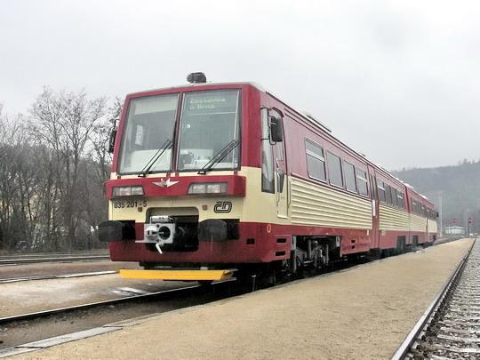 09.04.2005 - Zastávka u Brna: motorová jednotka RA-Č 835.001-9 + 835.201-5  ve zkušebním provozu s cestujícími © PhDr. Zbyněk Zlinský