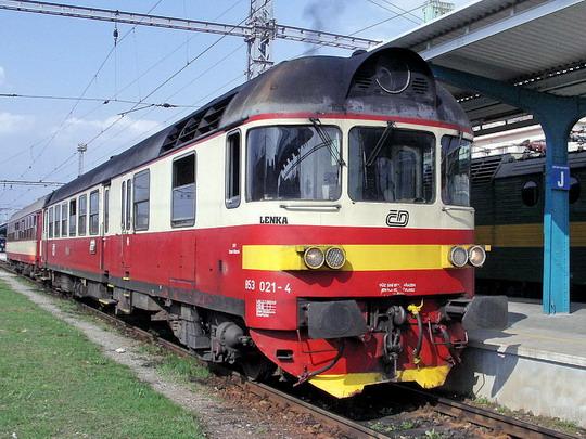 14.04.2005 - Hradec Králové hl.n.: 853.021-4 (ex M 296.1021, Studénka 1970) po příjezdu Os 5533  Jičín - Hradec Králové © PhDr. Zbyněk Zlinský