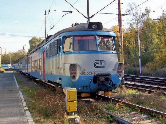 23.10.2004 - Praha ONJ: třívozová jednotka s elektrickými vozy 452.001-1 a 002-9 (ex EM 475.2001 a 002, Studénka 1972) © PhDr. Zbyněk Zlinský