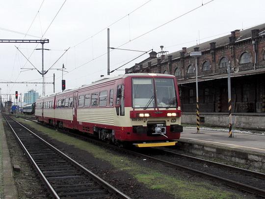 09.04.2005 - Brno hl.n.: jednotka 835.001-9+835.201-5 přijíždí jako Os 4809 z Jihlavy © PhDr. Zbyněk Zlinský