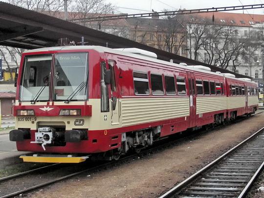 09.04.2005 - Brno hl.n.: jednotka 835.001-9+835.201-5 po příjezdu Os 4809 z Jihlavy © PhDr. Zbyněk Zlinský