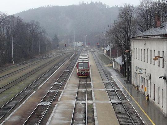 09.04.2005 - Zastávka u Brna: jednotka 835.001-9+835.201-5 jako Os 4812 z Brna © PhDr. Zbyněk Zlinský