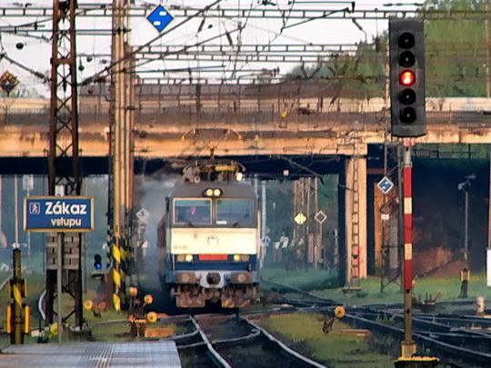 """02.05.2008 - Pardubice hl.n.: 350.017-0 přijíždí v čele EC 71 """"Antonín Dvořák"""" Praha hl.n. - Wien Südbahnhof © PhDr. Zbyněk Zlinský"""