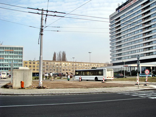 08.03.2008 - Hradec Králové: rekonstrukce Riegrova nám., neplánovaná provizorní točna autobusů MHD © PhDr. Zbyněk Zlinský