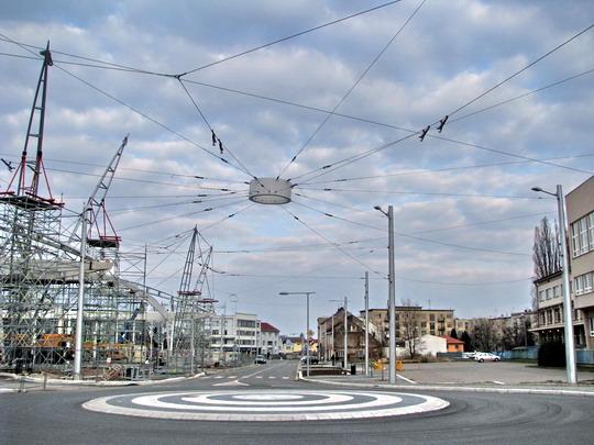 05.04.2008 - Hradec Králové: kruhový objezd u terminálu BUS se zajímavě řešenými trolejovými závěsy © PhDr. Zbyněk Zlinský