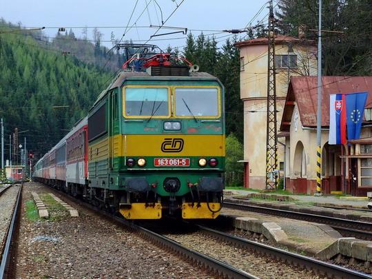 """04.05.2008 - Východná: 163.061-5 na R 421 """"Excelsior"""" Cheb - Košice, alebo pozdrav z domoviny © 362.002"""
