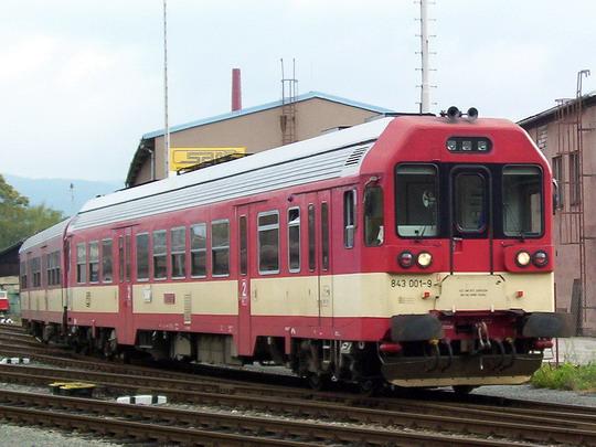 11.10.2003 - Šumperk: 843.001-9 s řídicím vozem ř. 943 vjíždí do depa © PhDr. Zbyněk Zlinský