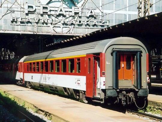 Osobní vůz Ampz ve stanici Praha hlavní nádraží dne 17.10. 2001 © ČKD Vagonka, a.s.