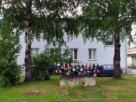 22.05.2008 - CZ LOKO Jihlava: pomníková hřídel před současným sídlem techniků a personalistů © PhDr. Zbyněk Zlinský