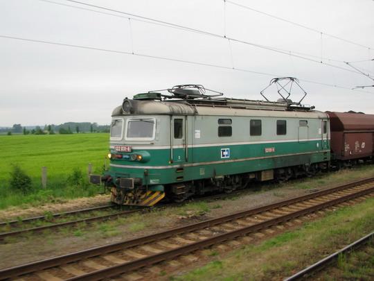 22.05.2008 - Opatovice n.L.: lokomotiva 122.031-8 v čele uhelného vlaku (foto z Os 5645 Hradec Králové hl.n. - Pardubice hl.n.) © PhDr. Zbyněk Zlinský