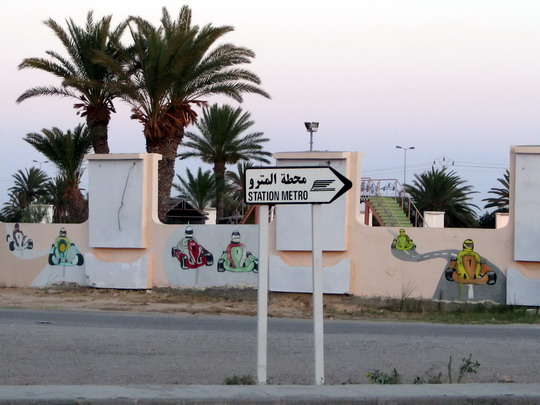 03.06.2008 - Skanes: směrovka k zastávce Sahline Sabkha na křižovatce nedaleko hotelu Skanes El Hana © PhDr. Zbyněk Zlinský