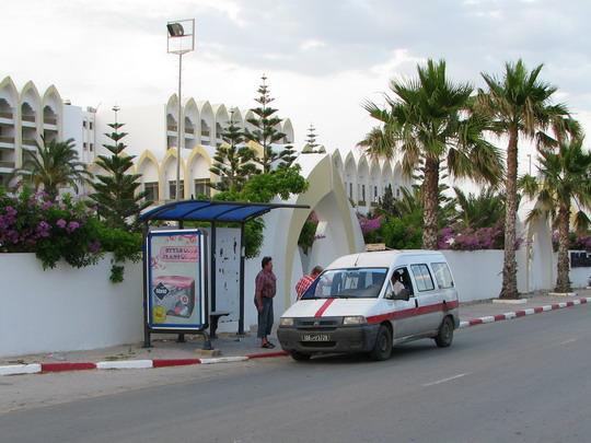 13.06.2008 - Skanes: příklad dopravy - autobus nejede, tak vítězí na zastávce u hotelu Amir palace louage © PhDr. Zbyněk Zlinský