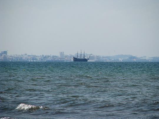 Den předem dávalo počasí tušit změnu: turistický koráb na pozadí zamlženého Sousse © PhDr. Zbyněk Zlinský