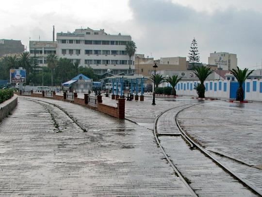 05.06.2008 - Sousse: někdejší spojka mezi nádražími podél Avenue Mohamed V - po odstranění výhybky už jen nevyužívaná vlečka do přístavu © PhDr. Zbyněk Zlinský