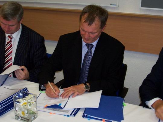 Generální ředitelé CZ LOKO, a.s. Ing. Bárta a ČD Cargo, a.s. Ing. Bazala při podpisu © Miloslav Bednář