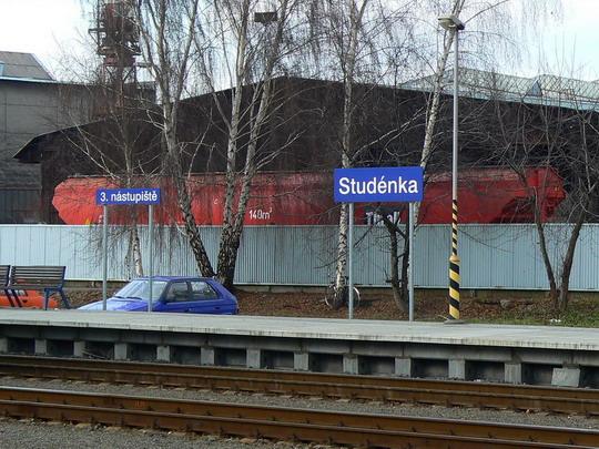 04.12.2007 - Studénka: osamělý vagón za plotem připomíná zašlou slávu vagónky © Karel Furiš