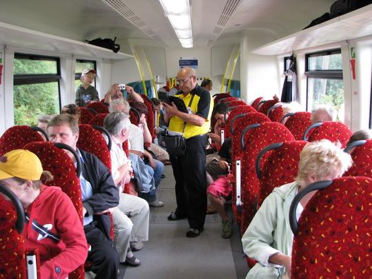 19.07.2008 - u Královce: pracovník Viamontu odbavuje cestující © PhDr. Zbyněk Zlinský