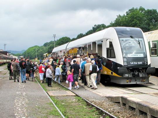 19.07.2008 - Trutnov hl.n.: nával do soupravy po příjezdu opožděného Os 39403 © PhDr. Zbyněk Zlinský