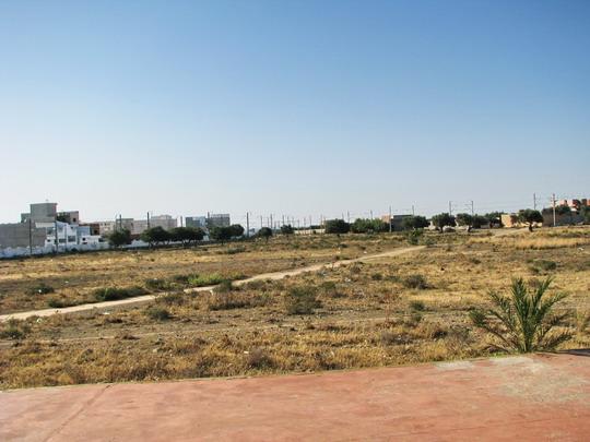 10.06.2008 - Monastir: triangl u zastávky La Faculté, vlevo trať Monastir - Mahdia, vpravo Sousse - Mahdia © PhDr. Zbyněk Zlinský