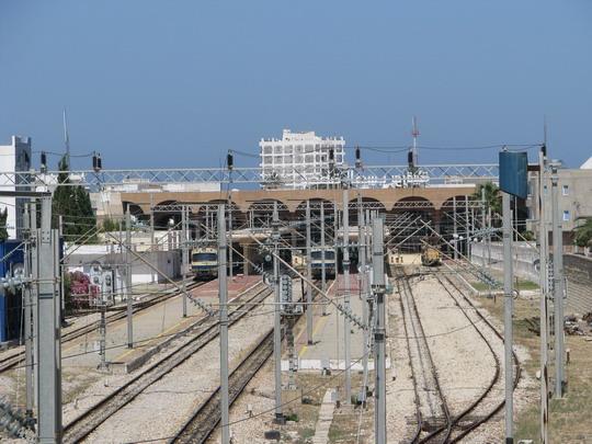 10.06.2008 - Monastir: úsek La Faculté - Monastir: pohled na nádraží přes zeď © PhDr. Zbyněk Zlinský