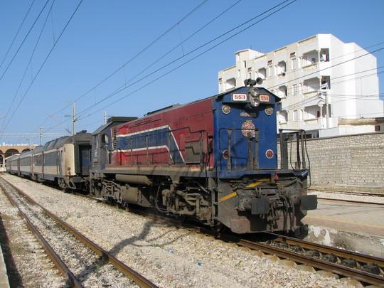 10.06.2008 - Monastir: 91 91 0 000553-8 objíždí soupravu DClim 22-5/70 Mahdia - Tunis Ville © PhDr. Zbyněk Zlinský