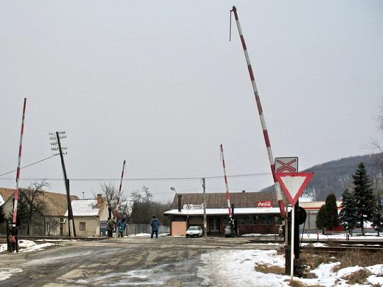 Breznička - Pohľad zpoza priecestia ku hlavnej ceste, 14.2.2006, © Tomáš Rotbauer