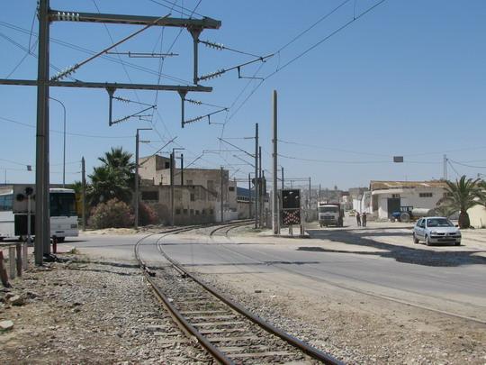 15.06.2008 - Sousse: traťový úsek Sousse Bab el Jedid - Sousse Mohamed V, přejezd na křižovatce Av. Mohamed V a Av. Heidi Noura © PhDr. Zbyněk Zlinský