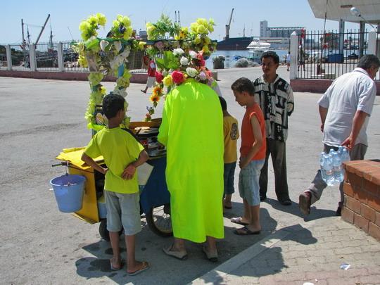 15.06.2008 - Sousse: prodavač crêpes (palačinek) u rybářského přístavu © PhDr. Zbyněk Zlinský