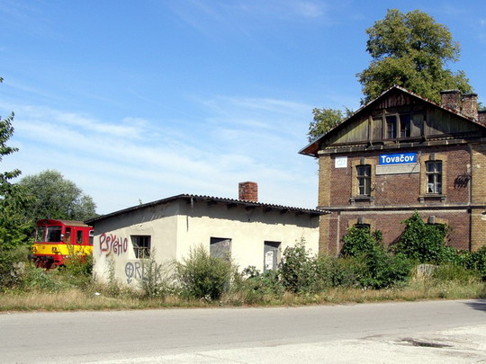 """10.08.2008 - Tovačov: """"Šarinka"""" 810 271-7 a chátrající staniční budova v Tovačově © Rosťa Kolmačka"""