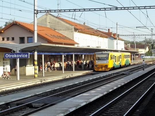 25.08.2007 - Otrokovice: jednotka 814.029-5/914.029-4 jako opožděný Os 14224 z Vizovic (foto z R 813) © PhDr. Zbyněk Zlinský