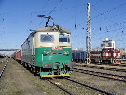 16.02.2008 - Hradec Králové hl.n.: 130.040-9 s nákladním a 730.009-8 s manipulačním vlakem čekají na volno © PhDr. Zbyněk Zlinský