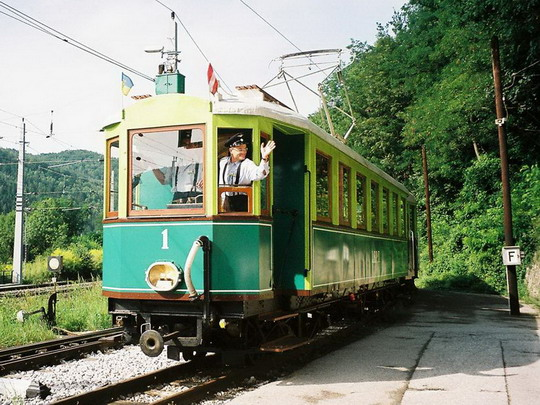 ŽST Payerbach - vlakvedúci sa lúči s cestujúcimi, 15.8.2008, © Peter Žídek