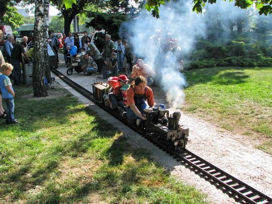 30.08.2008 - Hradec Králové, Smetanovo nábř.: 310.017 v měřítku 1:8 aneb Sičova drobná železnice v akci © PhDr. Zbyněk Zlinský