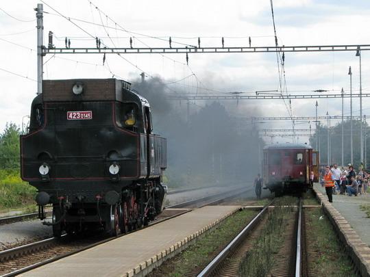 30.08.2008 - Hradec Králové-Slezské Předměstí: 423.0145 objíždí soupravu zvláštního vlaku © PhDr. Zbyněk Zlinský