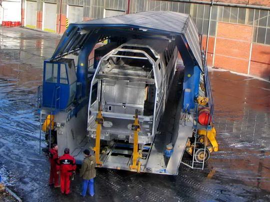 08.01.2008 - Vagonka Ostrava: hrubá stavba vozu 211.001-2 při manipulaci na přesuvně © ŠKODA VAGONKA
